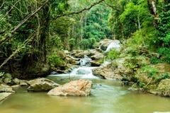 Schöner Mae Sa-Wasserfall bei Chiang Mai, Thailand lizenzfreie stockbilder