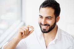 Schöner Mann, der Pille, Medizin einnimmt Vitamine und Ergänzungen lizenzfreie stockbilder