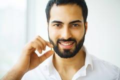 Schöner Mann, der Pille, Medizin einnimmt Vitamine und Ergänzungen stockbild