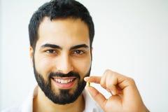 Schöner Mann, der Pille, Medizin einnimmt Vitamine und Ergänzungen lizenzfreies stockfoto