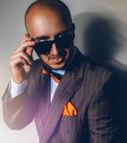 Schöner Mann in der Sonnenbrille, die weg auf grauem Hintergrund schaut lizenzfreie stockfotos
