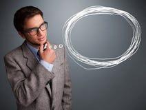 Schöner Mann, der an Sprache- oder Gedankenblase mit Co denkt Stockbild