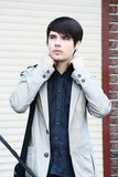 Schöner Mann im schwarzen Hemd Stockbilder