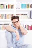 Schöner Mann mit Gläsern mit Nackenschmerzen Lizenzfreies Stockfoto
