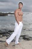 Schöner Mann nahe der Küste ohne Hemd Stockfotografie