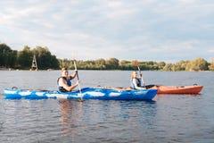 Schöner Mann und Frau, die beim Kayak fahren glücklich schaut lizenzfreies stockfoto