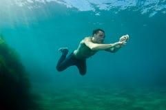 Schöner Mann Unterwasser Lizenzfreie Stockfotografie