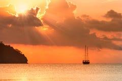 Schöner Meerblick - Ansicht von Morgenmeer mit einem Segelboot in der Bucht von Adrasan, Küste des Mittelmeeres Lizenzfreie Stockbilder
