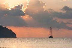 Schöner Meerblick - Ansicht von Morgenmeer mit einem Segelboot in der Bucht von Adrasan, Küste des Mittelmeeres Stockfotografie