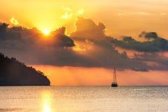 Schöner Meerblick - Ansicht von Morgenmeer mit einem Segelboot in der Bucht von Adrasan, Küste des Mittelmeeres Stockbild