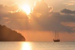 Schöner Meerblick - Ansicht von Morgenmeer mit einem Segelboot in der Bucht von Adrasan, Küste des Mittelmeeres Lizenzfreies Stockfoto