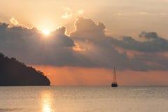 Schöner Meerblick - Ansicht von Morgenmeer mit einem Segelboot in der Bucht von Adrasan, Küste des Mittelmeeres Stockfotos