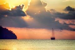 Schöner Meerblick - Ansicht von Morgenmeer mit einem Segelboot in der Bucht von Adrasan, Küste des Mittelmeeres Lizenzfreie Stockfotografie