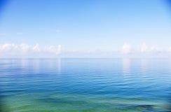 Schöner Meerblick des ruhigen Wassers und des klaren Himmels Stockfoto