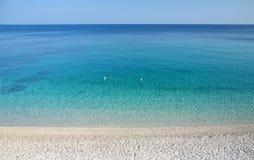 Schöner Meerblick, klares Meer und heller Himmel Stockfotografie