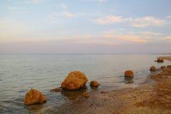 Schöner Meerblick Meer und Felsen in dem Sonnenuntergang Roten Meer, Ägypten stockfotografie