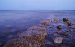 Schöner Meerblick Meer und Felsen am Sonnenuntergang Rotes Meer, Ägypten lizenzfreies stockfoto