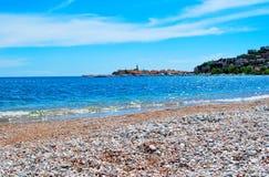 Schöner Meerblick mit azurblauem Meer Stockbild
