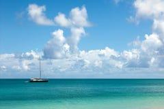 Schöner Meerblick mit befestigter Yacht und Himmel lizenzfreie stockfotografie
