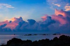 Schöner Meerblick mit blauem Himmel und Farbe bewölkt sich Stockbilder