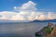 Schöner Meerblick mit felsiger Klippe und mittelalterlichen Häusern auf ihr Elba Island, Toskana, Ital lizenzfreies stockbild