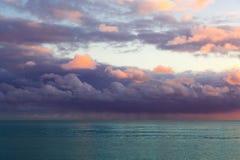 Schöner Meerblick mit purpurroten Wolken lizenzfreies stockbild