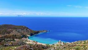 Schöner Meerblick mit Strand und Küstenstadt mit einem Leuchtturm in der Bucht Giglio Island Isola Del Giglio, Toskana, Italien stockfotos