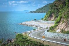 Schöner Meerblick-Standpunkt der Straße neben blauem Meer, das Markstein bei Kung Wiman Bay in Chanthaburi-Provinz ist stockfotos