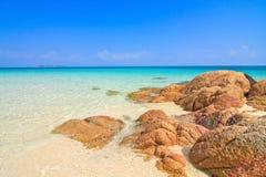 Schöner Meerblick und Felsen lizenzfreie stockfotos