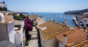Schöner Meerblick von den roten mit Ziegeln gedeckten Dächern, Cadaques, Spanien lizenzfreie stockfotografie