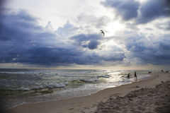 Schöner Meerblick von Meereswellen und von bewölktem Himmel Stockbilder