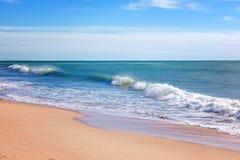 Schöner Meerblick, Wellenrollen auf einem sandigen Strand, Tropen, vaca lizenzfreie stockfotos