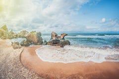 Schöner Meerblick Wilder felsiger sandiger Muschelstrand Eine kleine gemütliche Bucht lizenzfreies stockfoto