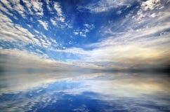 Schöner Meerblickpanoramahintergrund See- und Wolkenlandschaft Lizenzfreies Stockfoto