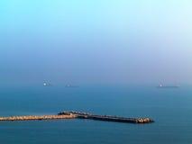Schöner Meerblicksonnenuntergang mit der Horizontlinie verschwindet im Th Stockfotos