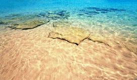 Schöner Meersandhimmel und Sommertag - tropischer Erholungsort der Reise wal Stockfotografie