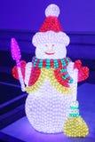 Schöner mehrfarbiger belichteter WeihnachtsSchneemann Stockfotos