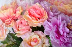 Schöner mehrfarbiger Hintergrund der künstlichen Blumen Blüht Dekor lizenzfreie stockfotos