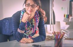 Schöner Modedesigner, der im Studio steht lizenzfreies stockbild