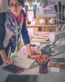Schöner Modedesigner, der im Studio steht lizenzfreie stockfotografie