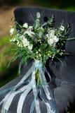 Schöner moderner üppiger Brautblumenstrauß steht Lizenzfreie Stockbilder