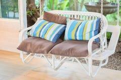 Schöner moderner Stuhl im Garten Stockbilder