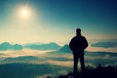Schöner Moment das Wunder der Natur Mann steht auf der Spitze des Sandsteinfelsens im Nationalpark Sachsen die Schweiz und Aufpas Stockfotografie