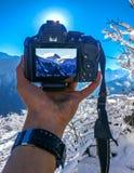 Schöner Morgen mit frischem Schnee mit meiner Kamera und Bergblick Stockfotografie