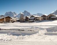 Schöner Morgen mit schneebedeckten bauernhäusern in der Sesvenna-Region Stockfotografie