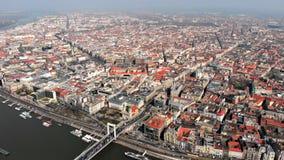 Schöner Morgenflug über Draufsicht Budapests der Brücke Erzhebet und Donau ungarn stock footage