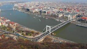 Schöner Morgenflug über Draufsicht Budapests der Brücke Erzhebet und Donau ungarn stock video