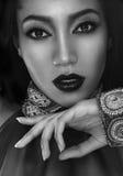 Schöner Mulatte Brunette im ethnischen Zubehör und im Armband Stockfoto