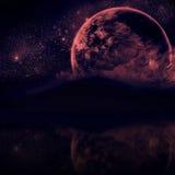 Schöner nächtlicher Himmel mit Schattenbildbergen und nahem Planeten Stockfoto