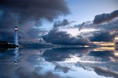 Schöner nächtlicher Meerblick mit Leuchtturm lizenzfreie stockfotografie
